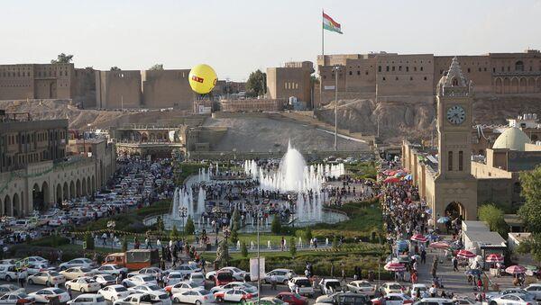 Курдский флаг над древним замком рядом с парком в городе Эрбиль, Ирак. Архивное фото
