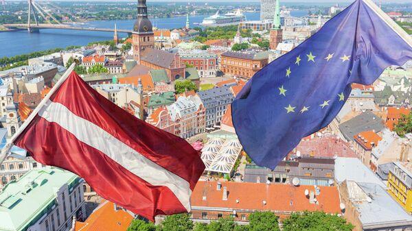 Флаги Латвии и ЕС на фоне Риги. Архив