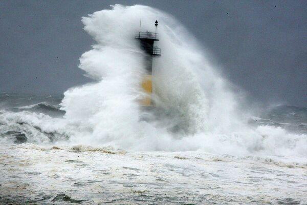 Волны, вызванные тайфуном Ногури, маяк на острове Чеджудо