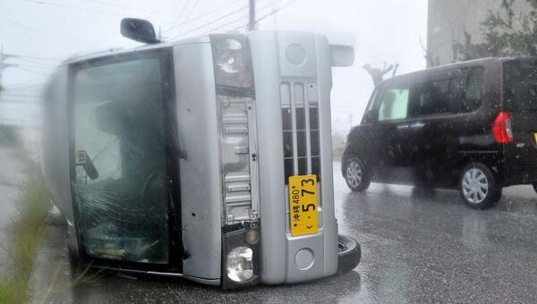 Автобус, перевернутый тайфуном Ногури, Окинава, Япония