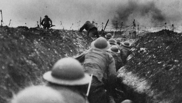 Британские военные на поле боя во время Первой мировой войны. Архивное фото