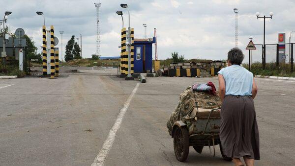 Беженка на пограничном пункте пропуска Изварино в Луганской области