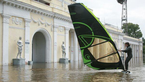 Мужчина занимается виндсерфингом у затопленного паводковыми водами стадиона им. Ленина в городе Хабаровске. Архивное фото