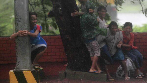 Жители города Манила укрываются от тайфуна Раммасун, Филиппины