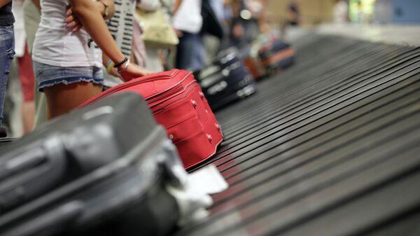 Туристы с чемоданами в аэропорту