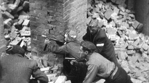 Солдаты Армии Крайовой воюющие на улицах Варшавы, сентябрь 1944