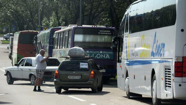 Автобусы и автомобили с беженцами, которые отправляются из Донецка в Россию. Архивное фото