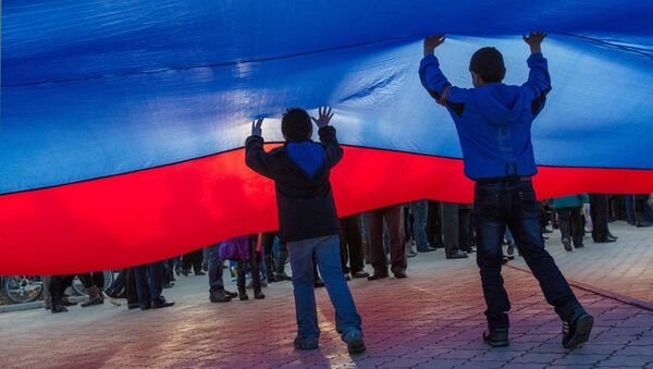 Дети с флагом России. Архивное фото
