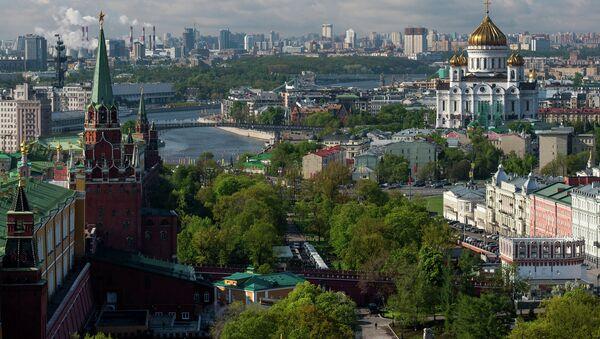 Вид на башни Московского Кремля, Александровский сад и храм Христа Спасителя. Архивное фото