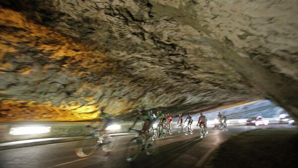 Велогонщики едут через туннель во время шестнадцатого этапа велогонки Тур де Франс во Франции. Архивное фото