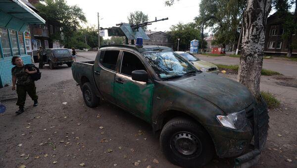 Автомобиль военного патруля ополченцев в поселке Бессарабка в Донецкой области