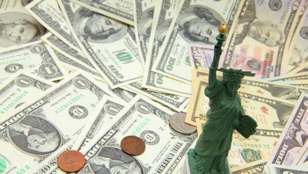 Долларовые купюры разного достоинства. Архивное фото