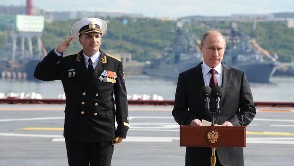 27 июля 2014. Президент России Владимир Путин (справа) поздравляет моряков с Днем ВМФ