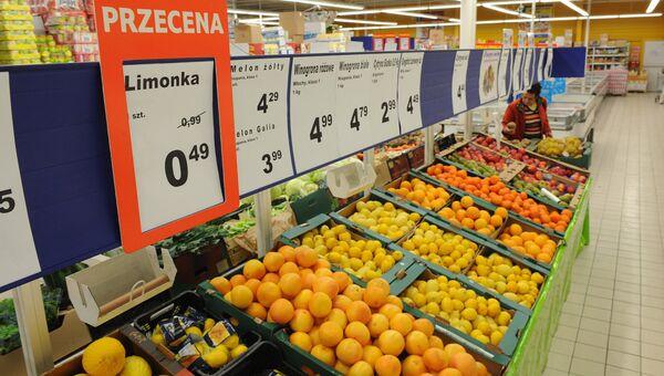 Овощи и фрукты в продуктовом магазине в Польше, архивное фото