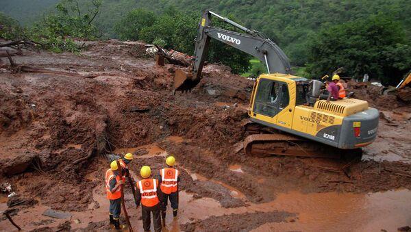 Спасатели работают на месте оползня в Индии, штат Махараштра. Архивное фото.
