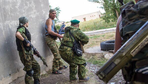 Ополченцы во время боя в городе Шахтерск под Донецком.