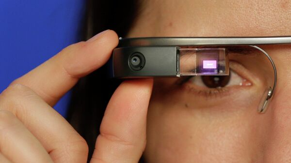 Девушка в очках Google glass