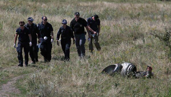 Эксперты ОБСЕ на месте крушения Boeing на Украине. Архивное фото