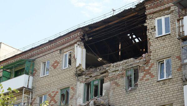 Поврежденный во время обстрела украинской армией жилой дом в Горловке
