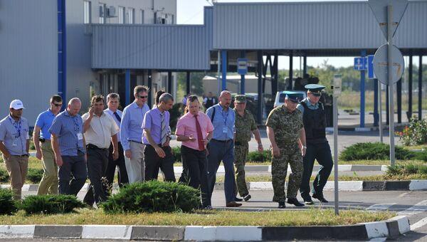 Сотрудники миссии Организации по безопасности и сотрудничеству в Европе (ОБСЕ) во время посещения КПП Гуково. Архивное фото