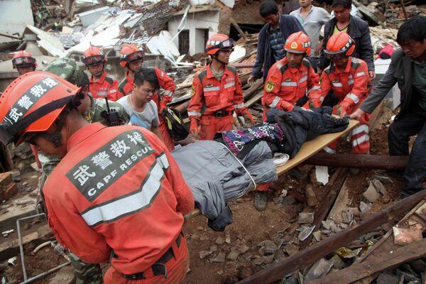 Спасательные работы на месте землетрясения в городе Лунтушань, провинция Юньнань, Китай