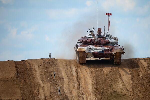 Экипаж из России на танке Т-72Б во время соревнований чемпионата мира Танковый биатлон - 2014