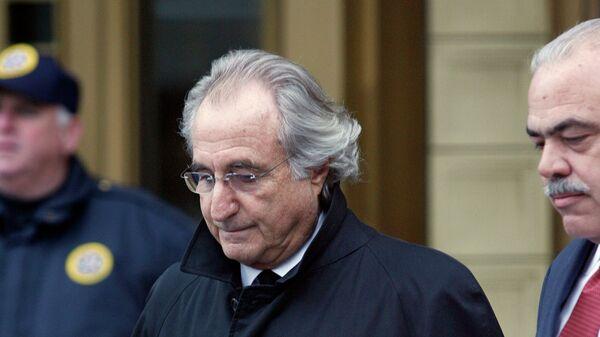 Бернард Л. Мэдофф, обвиняемый в основании финансовой пирамиды возле Федерального суда в Нью-Йорке 14 января 2009 года