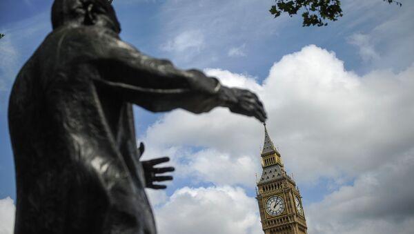 Памятник Нельсону Манделе и Биг Бен в Лондоне