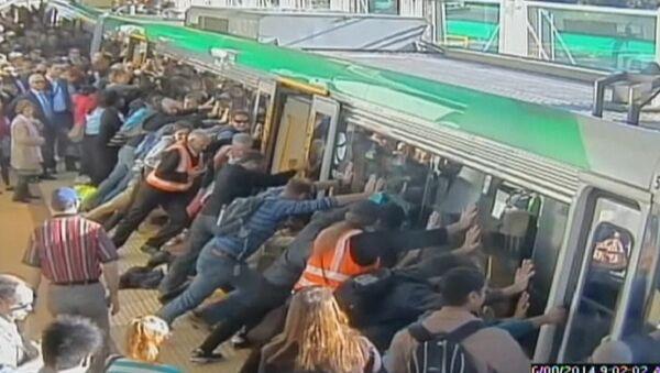 Десятки пассажиров метро в Австралии наклонили поезд и спасли человека