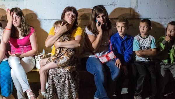 Учащиеся школы № 13 Славянска укрываются от артобстрела в подвале школы. Во время занятий в школу попал снаряд