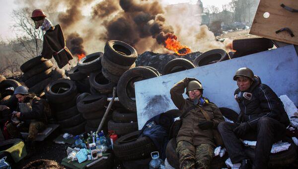 Сторонники радикальной оппозиции на баррикаде Институтской улицы в Киеве. Архивное фото