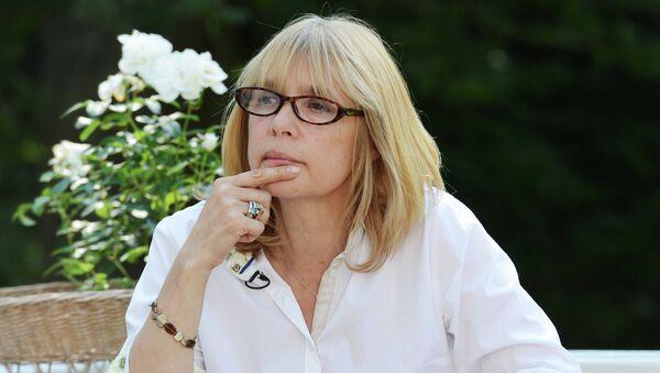 Режиссер Вера Глаголева дает интервью во время встречи съемочной группы своего фильма Две женщины