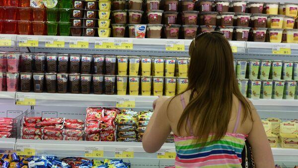 Покупатель в отделе фруктов гипермаркета Лента в Новосибирске. Архивное фото