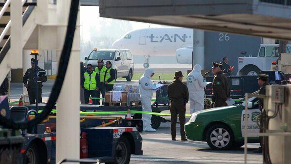 Полиция работает на месте ограбления инкассаторского фургона в аэропорту Сантьяго