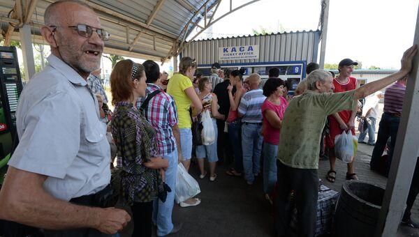 Жители Донецка на автостанции в очереди за билетами на автобусы. Архивное фото