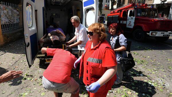 Медицинские работники транспортируют женщину, пострадавшую во время обстрела в Донецке. Архивное фото
