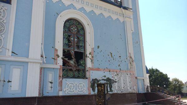 Православная церковь после минометного обстрела в Луганской области. Архивное фото