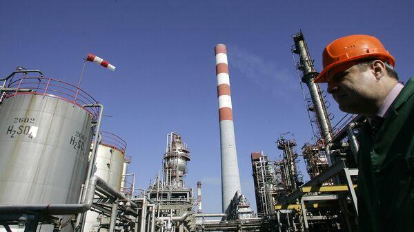 Рабочий на предприятии Нефтяной индустрии Сербии (NIS). Архивное фото