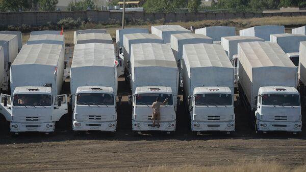 Колонна автомобилей КамАЗ с гуманитарной помощью на стоянке недалеко от города Каменск-Шахтинский Ростовской области. Архивное фото