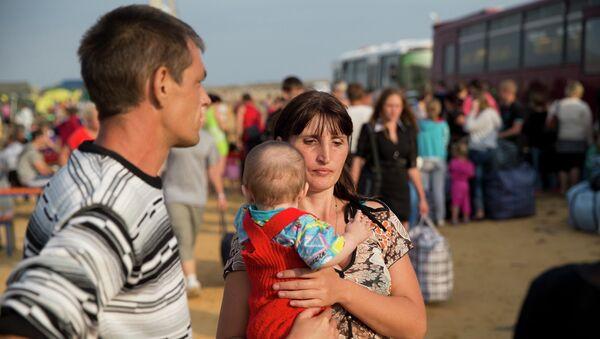 Семья в лагере для беженцев в Ростовской области. Архивное фото