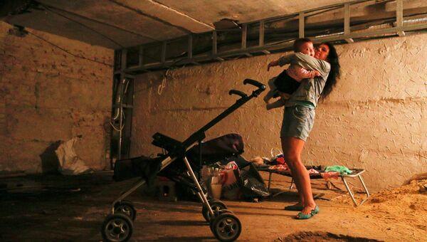 Местная жительница с ребенком в Макеевке, Донецкая область, Украина. Архивное фото