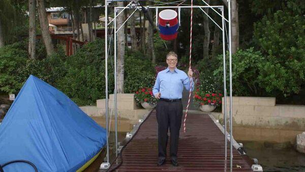 Билл Гейтс принимает участие в флешмобе Ice Bucket Challenge