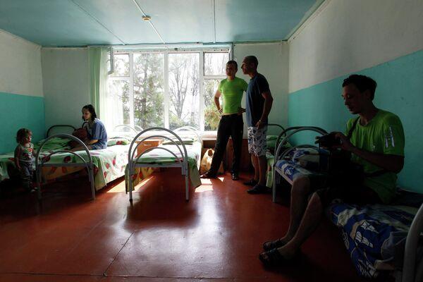 Беженцы из Украины в комнате жилого корпуса детского лагеря в Ставропольском крае