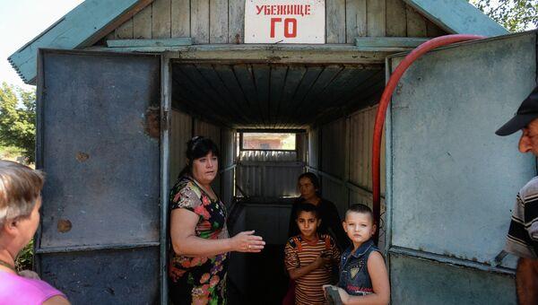 Местные жители у входа в бомбоубежище в Петровском районе Донецка. Архивное фото