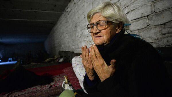 Пожилая женщина в бомбоубежище в Донецке во время обстрела