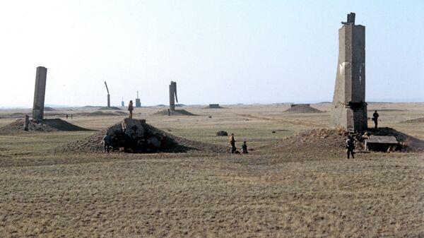 Визит советских и иностранных журналистов на место проведения первого подземного ядерного испытания. Эпицентр взрыва. Семипалатинский ядерный полигон.
