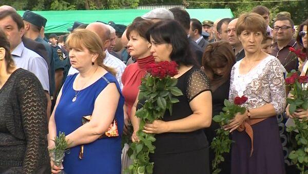 Сотни людей принесли цветы к школе в Беслане в десятую годовщину трагедии