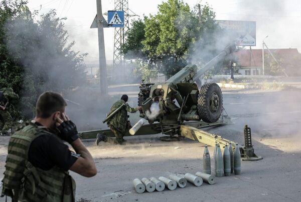Ополченцы стреляют из гаубиц по позициям противника