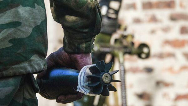 Миномётная мина в руках бойца ополчения. Архивное фото