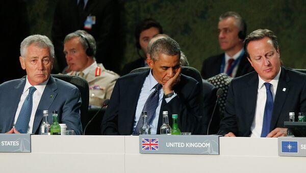 Министр обороны США Чак Хейгл, президент США Барак Обама и премьер-министр Великобритании Дэвид Кэмерон на встрече в рамках саммита НАТО в Уэльсе